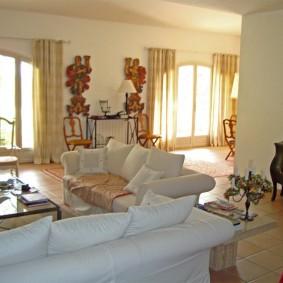 Просторная гостиная с мягкой мебелью