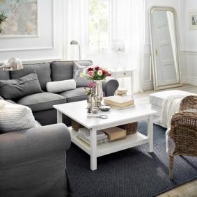 Белый столик на темном ковре