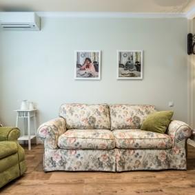 Цветочная обивка дивана в стиле прованса