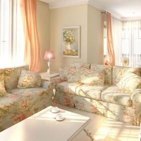Светлые занавески в гостиной комнате