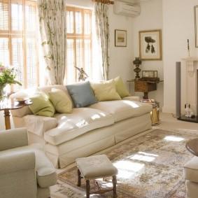 Раскладной диван в комнате с камином