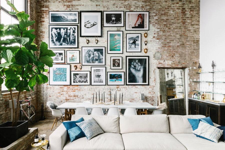 Фото в тонких рамках на кирпичной стене