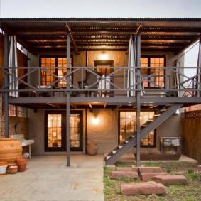 Металлическая терраса в двухэтажном доме