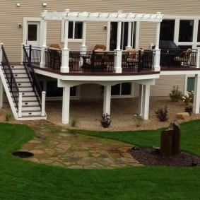 Белая пергола на балконе-террасе
