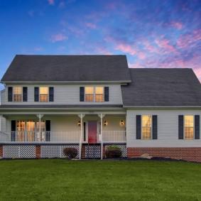 Двухэтажный дом с узкой террасой