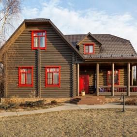 Дачный домик с красными окнами