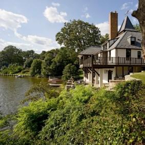 Красивый дом на берегу естественного водоема