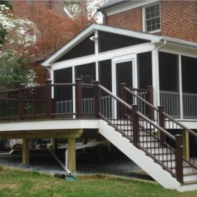 Пристроенная терраса на деревянных столбах