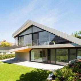 Просторный дом с фасадами из стекла