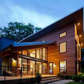 Односкатная крыша на доме из дерева
