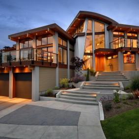 Жилой дом на участке с террасами