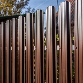 металлический забор из П-образного штакетника