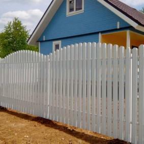 Белый забор с полукруглым верхом