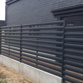 Ограда из горизонтально закрепленного штакетника