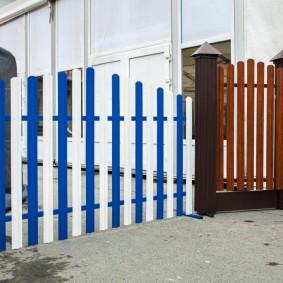 Бело-синий забор из штакетника с полимерным покрытием