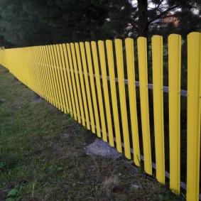 Яркая ограда желтого цвета