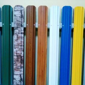 Ассортимент металлического штакетника в разных цветах