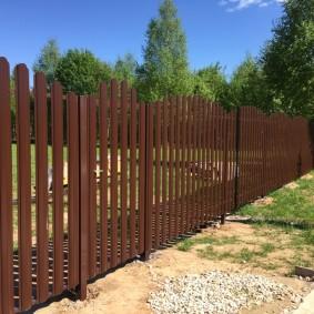 Дачный забор на металлических столбах