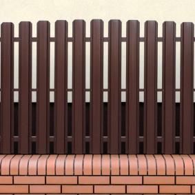 Металлический забор с кирпичным основанием