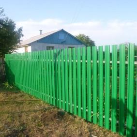 Красивая ограда зеленого цвета
