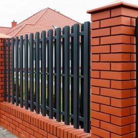 Темно-серый забор из крашенного штакетника