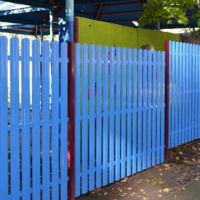 Голубые штакетины между коричневыми столбами