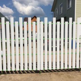 Размещение лесенкой штакетин на заборе