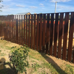 Забор из евроштакетника с защитной планкой