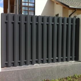 Стильный забор на бетонном фундаменте