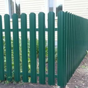 Недорогой забор в палисаднике дачного дома