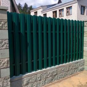 Капитальный забор из мелкоформатных блоков