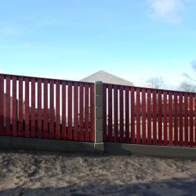 Забор из штакетника на участке с уклоном
