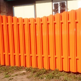 Ярко-оранжевая ограда из стального штакетника