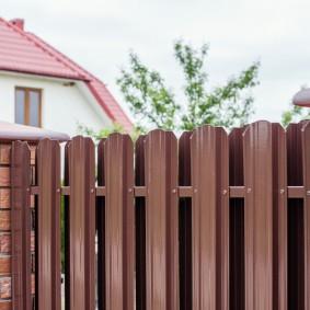 Коричневый забор на участке с жилым домом