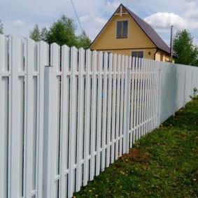 Белый забор на дачном участке