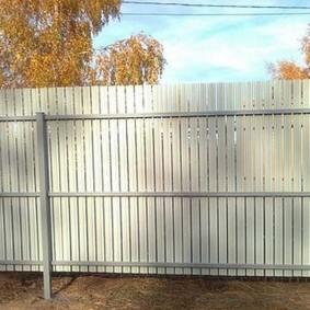 Забор из штакетника с односторонней окраской