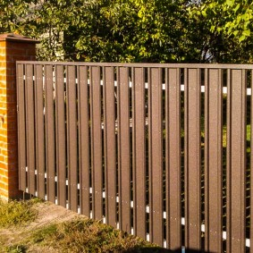 Широкие штакетины на заборном пролете