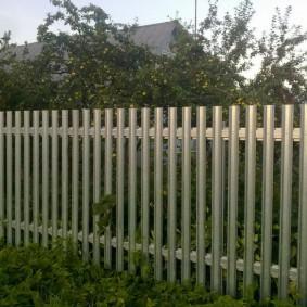 Недорогой забор из оцинкованного материала