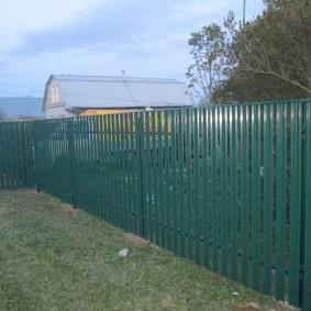 Ограждение садового участка забором из штакетника