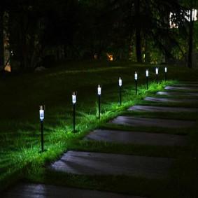 Ночная подсветка пошаговой тропинки фонариками на солнечных батареях