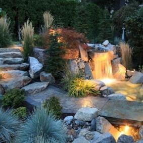 Декоративная подсветка садового водопада