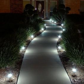 Вечерняя подсветка бетонной дорожки