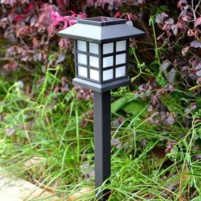 Светодиодный светильник около садовой дорожки