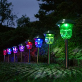 Разноцветные плафоны садовых фонариков
