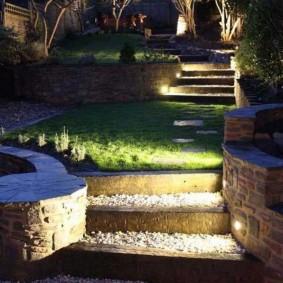 Вечерняя подсветка садовой лестницы