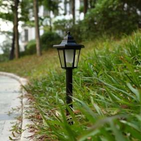 Небольшой светильник на склоне загородного участка