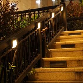 Ночная подсветка лестница на садовом участке