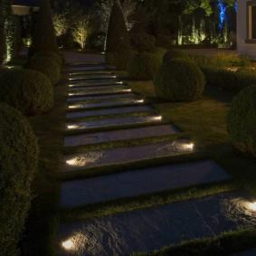 Дорожка из цементных плиток в ночное время