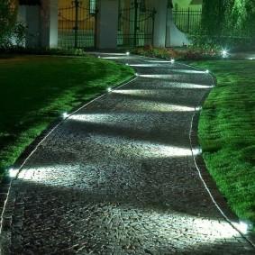 Подсветка дорожки от дома к калитке