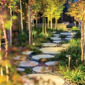 Подсветка садовой тропинки из круглой плитки